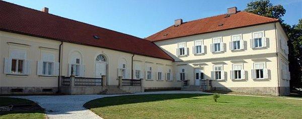 Zámeček leží vcentru Libkovy Vody a patří mezi jednu zdominant obce.