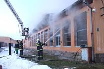 Na pět desítek profesionálních i dobrovolných hasičů zasahovalo u požáru bývalé textilní továrny v Kamenici nad Lipou na Pelhřimovsku.