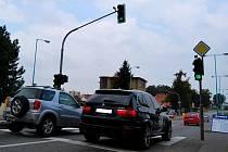 Světelné zařízení na křižovatce v Nádražni ulici reagují na okamžitou dopravní situaci. Někteří řidiči se toho naučili zneužívat.
