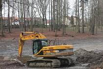 V Zámeckém parku v Pacově jsou v plném proudu práce na odbahnění tamních rybníků.