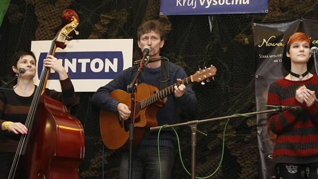 Švédova trojka. Kapela z Moravského Krumlova si z Vlasenice odnesla vítězné vavříny i vloni. Bodovala i letos a opět se podívá i na červnové finále festivalu Porta v Řevnicích u Prahy, kde v loňském roce také zazářila.