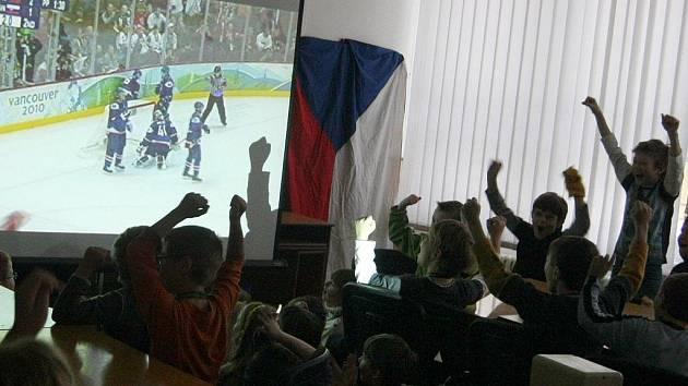 Nápad se společným sledováním olympijského hokejového mače se nezrodil v pelhřimovské ZŠ Na Pražské čirou náhodou. Škola dříve proslula svým hokejovým zaměřením. Někteří její žáci to dotáhli do vrcholových mládežnických soutěží.