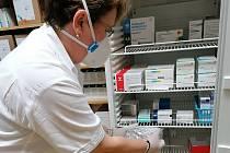 V Nemocnici Pelhřimov převzali prvních 24 lahviček s vakcínou od společnosti Pfizer.