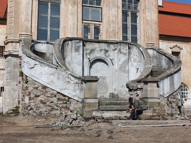V minulých dnech pracovali řemeslníci na úpravě prostoru před budovou opatství želivského kláštera.