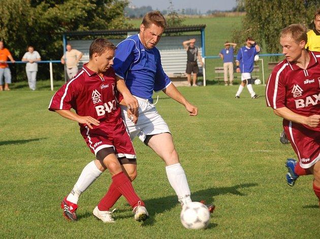 Budíkov na vlastním hřišti na Dobronín nestačil ve všech herních činnostech a zaslouženě prohrál 4:0. Nic na tom nezměnil ani špílmachr Kamil Marousek (vpravo).