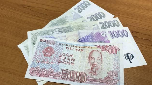 Mezi českou měnou se nacházela i vietnamská pětistovka.