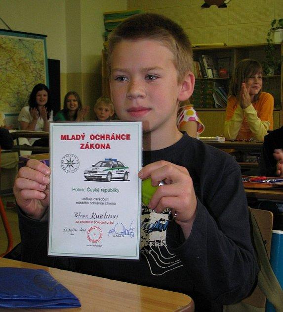 Mladý ochránce zákona Petr Kubín z Pelhřimova nalezl kabelku s doklady a penězmi. Vše poctivě odnesl na policii.