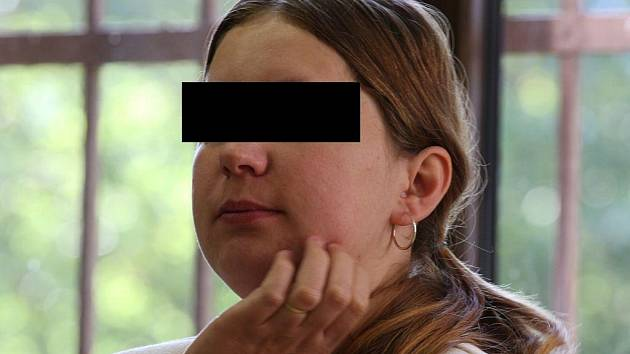 Pětadvacetiletá Zlata R. z Pacova na Pelhřimovsku stanula před táborským soudem kvůli vraždě svého manžela, který ji podle jejích slov týral. Tři dcery jsou v současné době v dětském domově. S výchovou pětiměsíčního syna jí pomáhají známí.