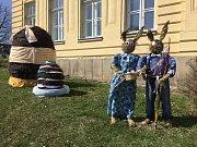 Školákům v Častrově na Pelhřimovsku opět po roce připomíná blížící se Velikonoce párek dvou ušáků ze sena a dvě velká vejce z březového proutí.