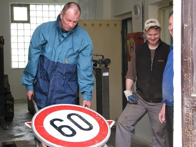 V Šumperku Deník testoval, zda sběrna vykoupí kanálovou mříž a dopravní značku.  Obojí vykoupit odmítla.