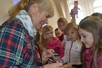 Druháčci ze Základní školy Humpolec byli povídáním Šárky Váchové (vlevo) tak nadšeni, že ji požádali o podpis na vlastnoručně vyrobené papírové loutky.