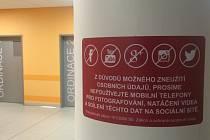 V jihlavské nemocnici se množily případy, kdy si pacienti či návštěvníci natáčeli dění v čekárnách na urgentním příjmu. Vedení nemocnice nechalo instalovat cedule.