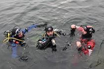 Potápěči oslavili nový rok v lomu u Horní Cerekve.