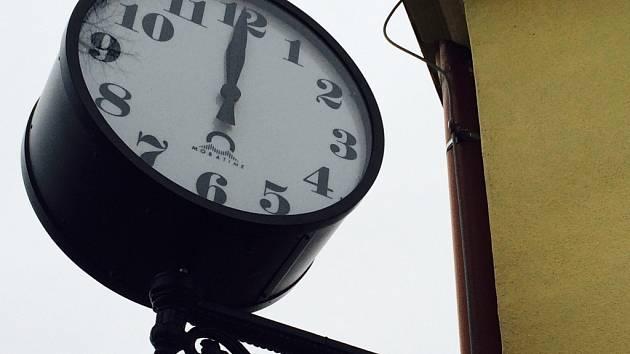 Od poloviny prosince loňského roku tikají na šesti nádražích nové švýcarské hodiny značky Mobatime. Jejich design zachovává atmosféru starých nádražních hodin.