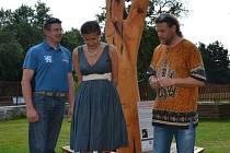 Na snímku je (zleva) autor sochy, Martin Komárek,  Marta Smolíková a Luboš Rafaj.
