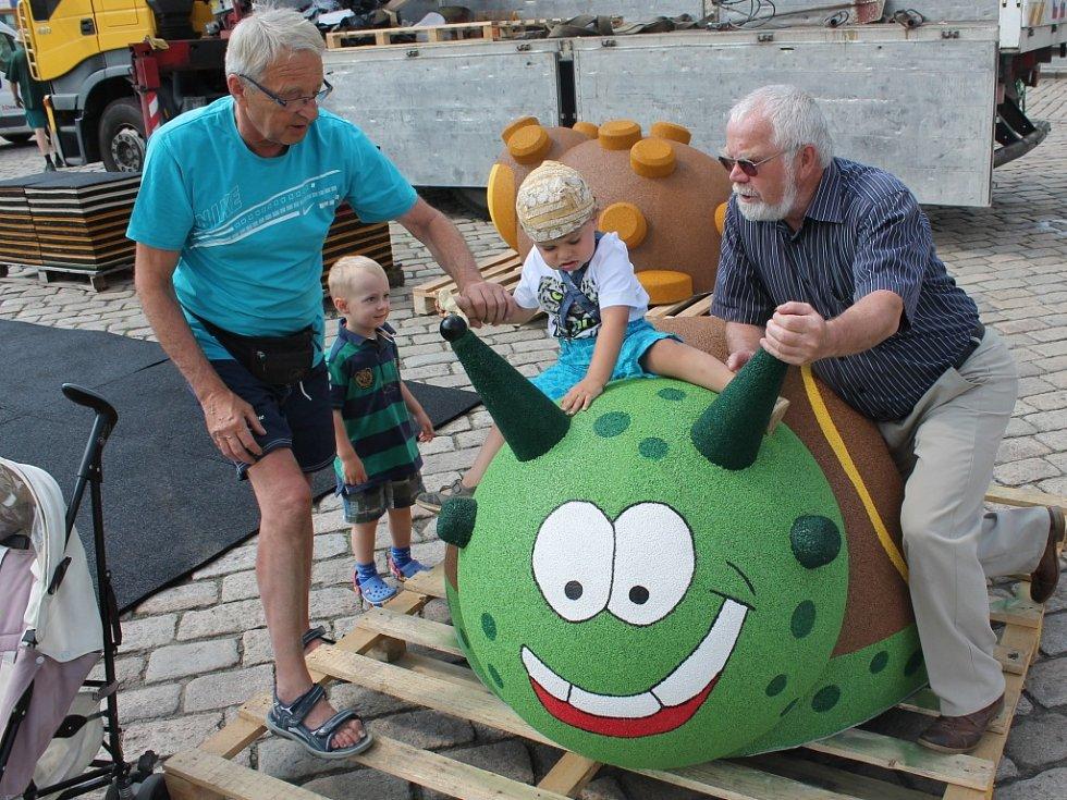 K instalaci nových hracích prvků došlo ve čtvrtek na pelhřimovském hlavním náměstí.