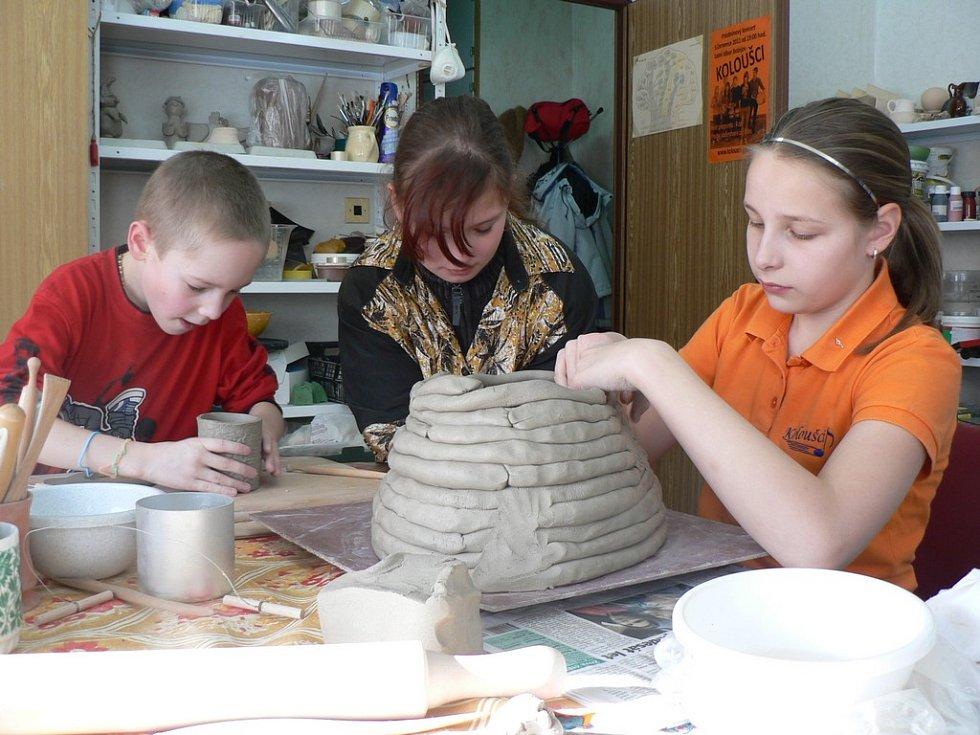 Koloušci tráví jarní prázdniny tvořením keramiky.
