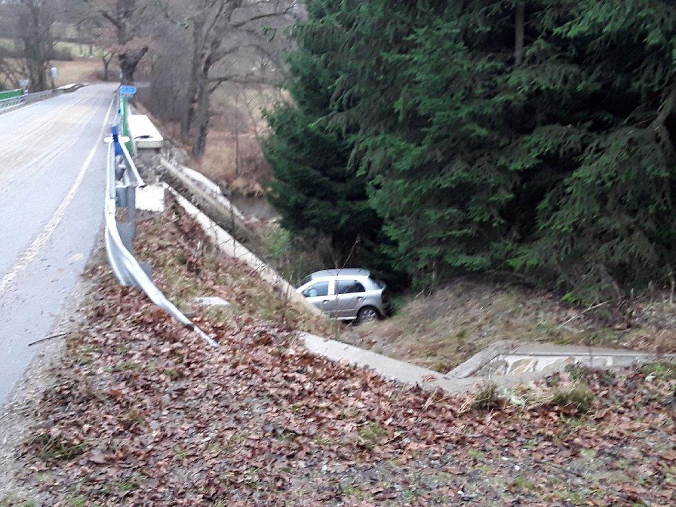 Krátce před půl devátou u Želivu skončil osobní automobil mimo komunikaci.