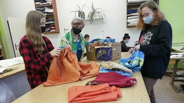 Děvčata ze Střední průmyslové školy a Středního odborného učiliště Pelhřimov, oboru Oděvní technik šila další pláště pro tříkrálové koledníky.