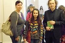Nikola Abdallahová (uprostřed) se svou učitelkou Kateřinou Matějkovou a spisovatelem Martinem Vopěnkou.