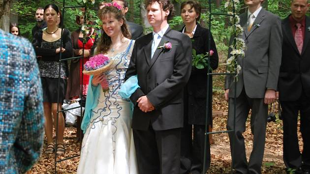 """Netradiční místo pro vstup do manželství si vybrali také Marta Rodová a Václav Kos z Ekologického centra Mravenec. Své """"ano"""" si řekli v sobotu v bukovém hájku nedaleko Lešova. Novomanželům přejeme všechno nejlepší."""