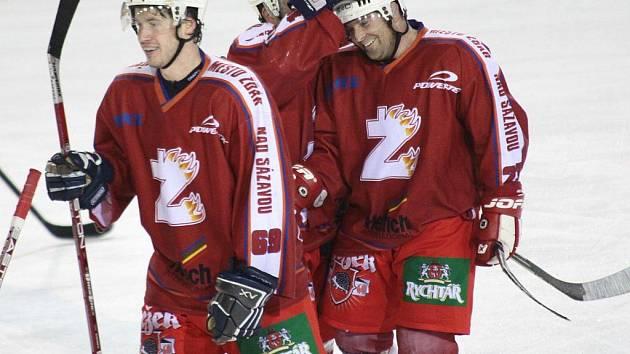 Žďárští hokejisté nastřílelili nymburskému gólmanovi Zdeňku Rücklovi jedenáct gólů. O ten prémiový – desátý – se postaral obránce SKLH Jan Fibikar (vpravo).