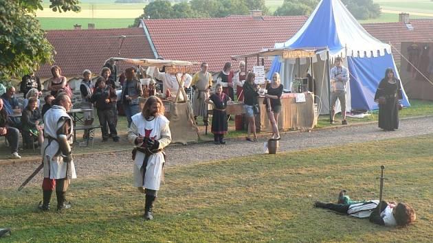 Diváci se na Kámeni  mohli kromě nočních prohlídek pokochat šermem, kaskadérskými vystoupeními nebo rytířskými souboji.