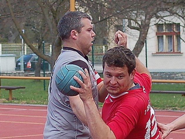 Házenkáři humpolecké Jiskry bez větších potíží vyhráli v Ostopovicích a posunuli se na první příčku tabulky. Čtyřmi góly se na tom podílel Aleš Rafaj (s míčem).