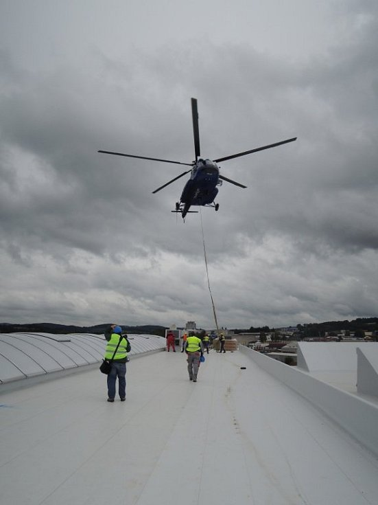 Rekuperační jednotky dopravil na střechu nové haly Agrostroje vrtulník.