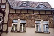 Dům U Novotných má honosně zdobenou fasádu.