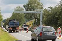 Výstavba mýtné brány u Pelhřimova na počátku července komplikovala dopravu.
