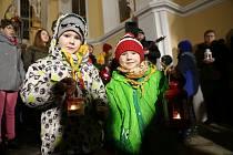 Slavnostní předávání Betlémského světla v pelhřimovské Kalvárii.