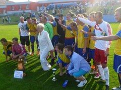 Fotbalisté pacovského Slavoje se měli v neděli večer z čeho radovat. V domácím prostředí se stali vítězem 38. ročníku Měděného poháru. Dokázali si poradit s Pelhřimovem i Žirovnicí.