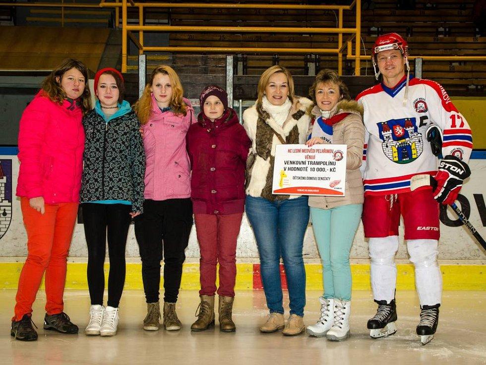 Pelhřimovští hokejisté obdarovali děti z Domova.