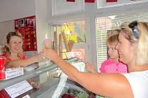 Děti zmrzlinu milují. Tuto pochoutku si oblíbila i dcera Evy Mikešové. Nejraději má jahodovou.