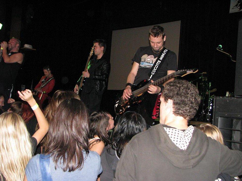 Šestnáctý pelhřimovský Rocksession přitvrdil. Významně k tomu přispěl i hlavní host sobotního večera v pelhřimovském Kulturním domě Máj, kapela jménem Cocotte Minute.