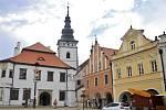 Věž kostela sv. Bartoloměje v Pelhřimově lidé zdolávají s plyšovými kozami Rózou a Rézou.