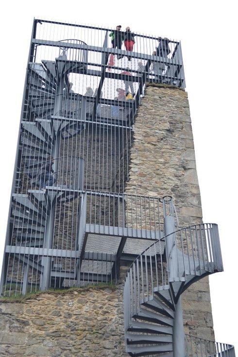 """Ocelová konstrukce rozhledny vyplňuje """"zub"""" poškozené věže. Autorem návrhu stavby je architekt Martin Franěk, její realizaci za zhruba dva a půl milionu korun zaplatilo město Humpolec."""