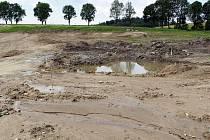 Pozemek u Černova, který se měnil v rybník, odhalil několik set let staré tajemství v podobě hornického a hutnického sídla. Na odkrytí a podrobný výzkum si ale jedinečné naleziště ještě nejspíš bude muset nějaký čas počkat.