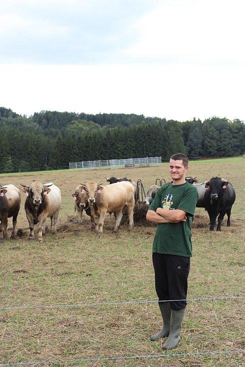 Naplno šestadvacetiletý Petr Marek pracuje na Biofarmě Marek Častonín teprve dva roky, ale pomáhal tady už od puberty. Jeho tatínek začal s ekologickým zemědělstvím na konci devadesátých let minulého století.