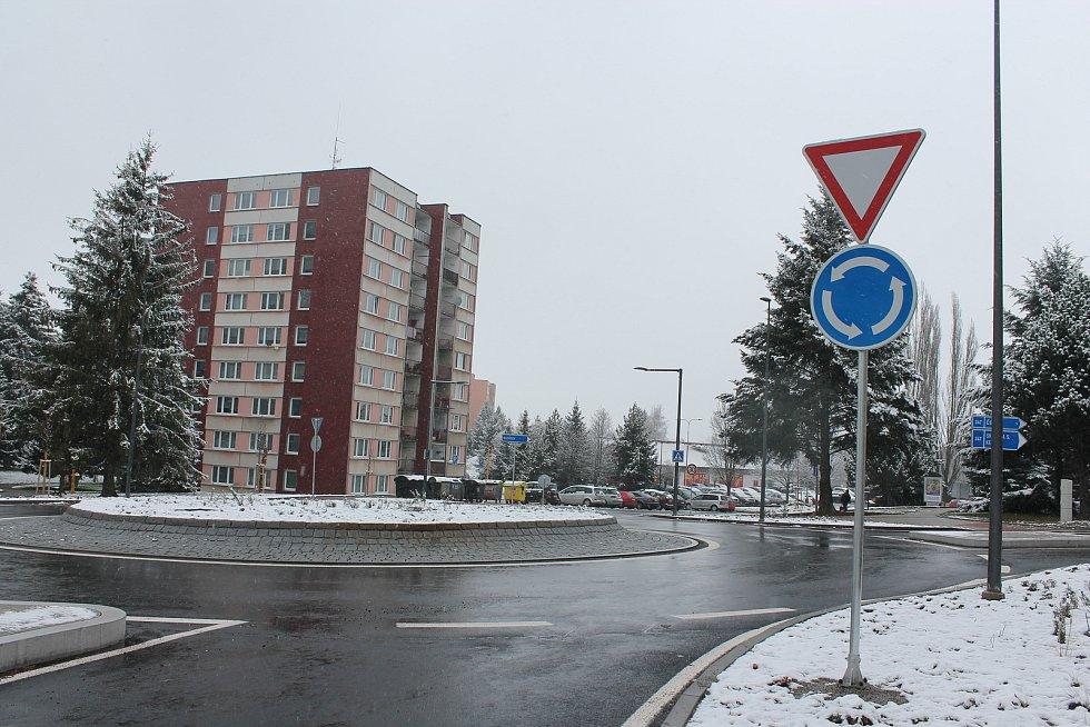 Budování nového kruhového objezdu začalo v květnu letošního roku.