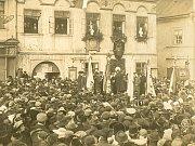 Zprávy o vzniku Československa prožívalo centrum Pelhřimova slavnostně.