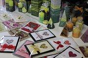 V ateliéru v Jiřicích si mohli zájemci u výtvanice Růženy Kručanicové  zkusit výrobu a barvení svíček a prohlédnout si techniku tvoření Papírové krajky.