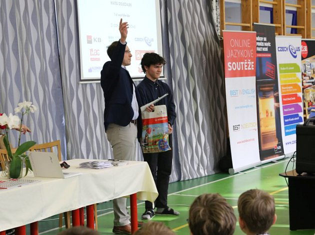 Student Matěj Doležálek přebírá ocenění.