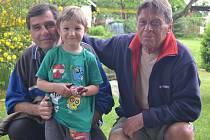 """""""Jsme ve věku, že si tak říkáme, že snad i nám, kdyby náhodou, by někdo pomohl,"""" shodli se s úsměvem na rtech sedmašedesátiletý Zdeněk Krpálek (vlevo s vnoučkem) a šestasedmdesátiletý Jaroslav Kudláček (vpravo)."""