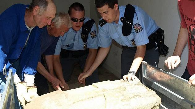 Nalezený smírčí kámen pelhřimovští policisté ve středu odpoledne oficiálně předali zachotínskému místostarostovi Martinu Vackemu. Několik set kilogramů vážící kulturní památce muselo do vozíku pomoci několik lidí.