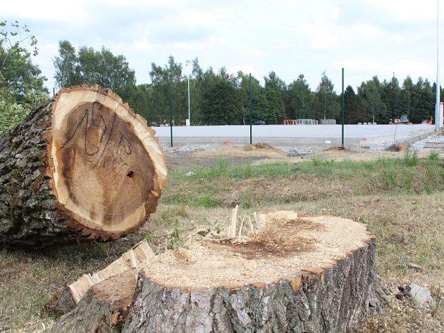 Hřiště s problematickým škvárovým povrchem poblíž základní školy v Kamenici nad Lipou prochází rekonstrukcí.