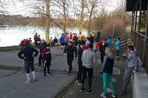 Účastníci premiérového ročníku štěpánského běhu v cíli u rybníka Stráž. Někteří po občerstvení pokračovali do města, jiní se už vraceli domů.