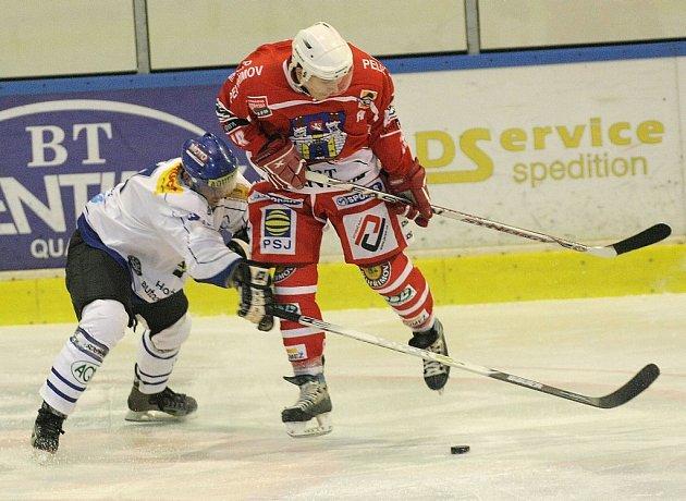 KDO S KOHO? Ze dvou zástupců Vysočiny měl v základní části druhé hokejové ligy jasně navrch Pelhřimov (v tmavém).