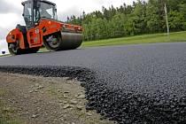 Přibližně tříkilometrový úsek od Pelhřimova směrem na Putimov bude až do pátku pro motoristy uzavřen. Důvodem je pokládání nového asfaltového koberce. Obyvatelům Nového Rychnova tak nezbyde nic jiného, než využívat objízdné trasy přes Vyskytnou.